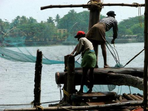 Fishermen work on Chinese nets at Kochi coast in Kerala. Source: Adam Jones, Ph.D./Wikimedia Commons