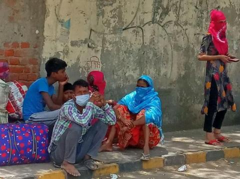 Stranded workers during lockdown. Image: Sumita Roy Dutta/Wikimedia Commons