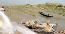 Fishermen getting ready to fish hilsa. Source:  Dhruba Das Gupta)