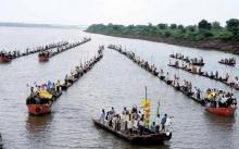 नाविक और मछुआरे सरदार सरोवर में अपने पानी और मछली पर हक के लिए प्रदर्शन करते हुए। सौजन्य: नर्मदा बचाओ आन्दोलन