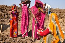 Women workers at a MGNREGA work site. Photo: UN Women/Gaganjit Singh Chandok
